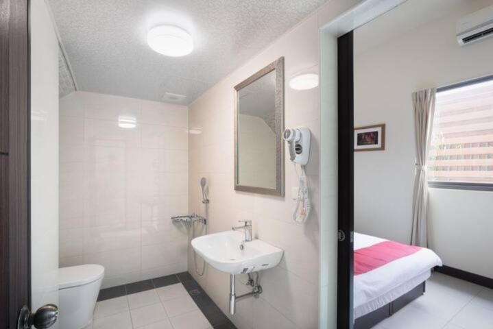 ROOM56511 高雄小港,近機場, 雙人房,電梯別墅套房,6坪(約18m2)