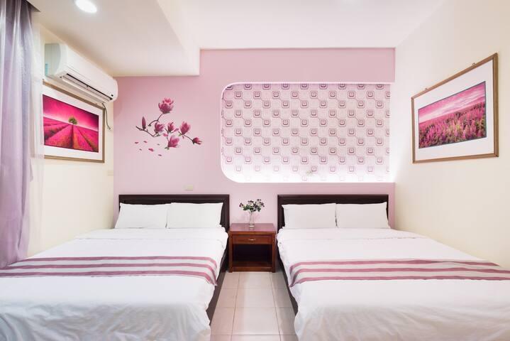 Room 3632台南(紫羅蘭風格房) ,4人房,近安平景點,停車方便,10坪(約30m2)